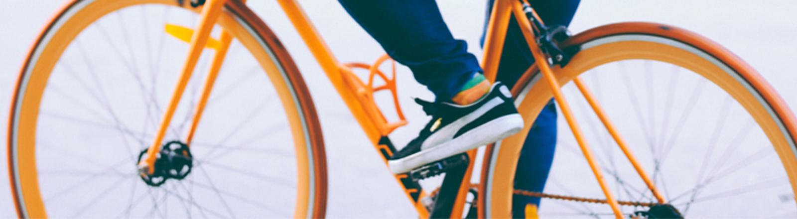 Radfahrer auf orangem Fahrrad