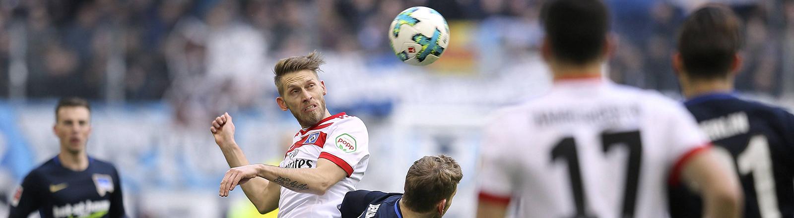 Aaron Hunt vom Hamburger SV gegen Fabian Lustenberger von Hertha BSC.