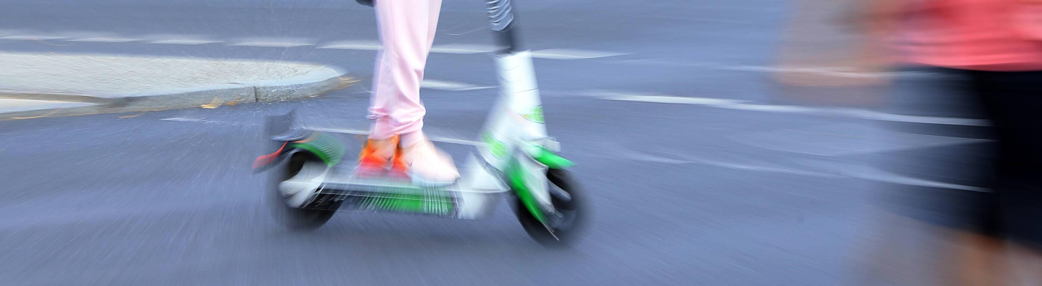 Fraua auf E-Scooter