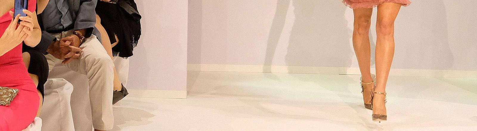 Model auf einem Laufsteg in Absatzschuhen