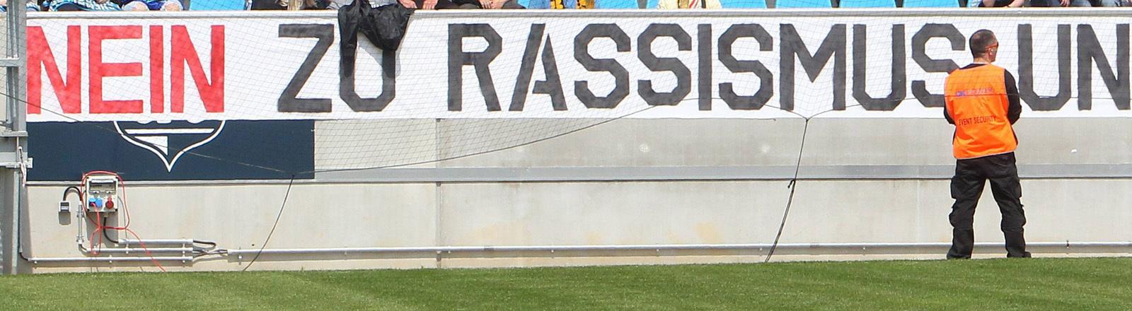 """Banner im Stadion: """"Nein zum Rassismus und Ja zum CFC"""""""