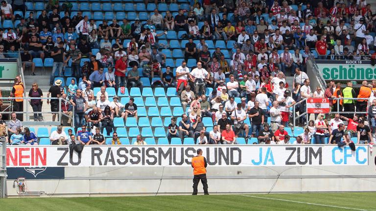 """Banner im Stadion: """"Nein zu Rassismus und Ja zum CFC"""""""