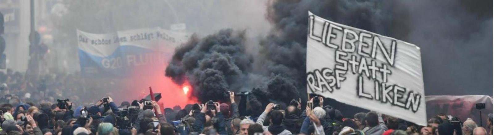 """Die """"Radikale Anti Smartphone Front"""" (RASF) auf der Demo vom 1. Mai in Kreuzberg. Ihre Message: Lieben statt Liken."""