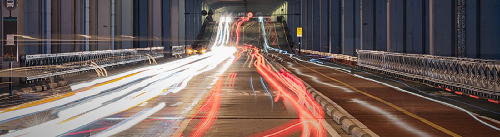 Ein Straßentunnel bei Nacht