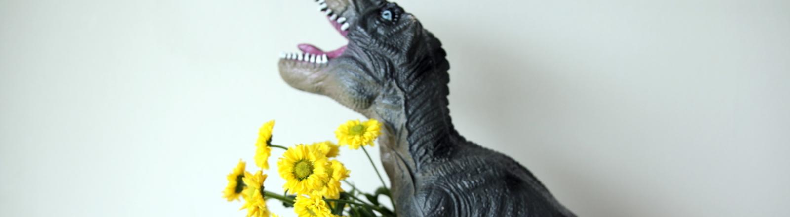 Dinosaurier hält Blumenstrauß