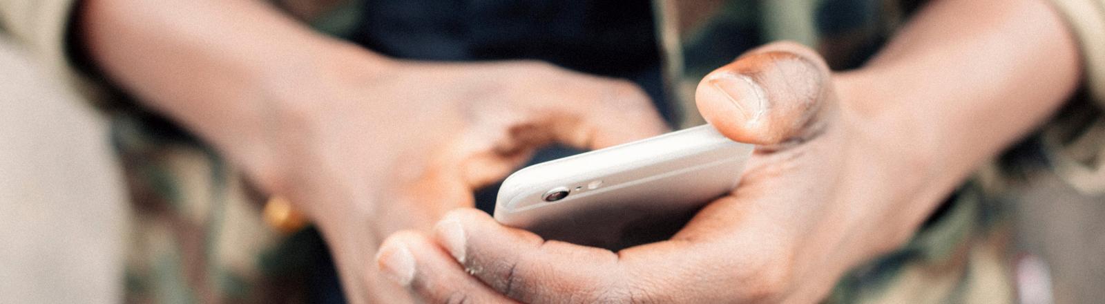 Daumen wischt über Smartphone