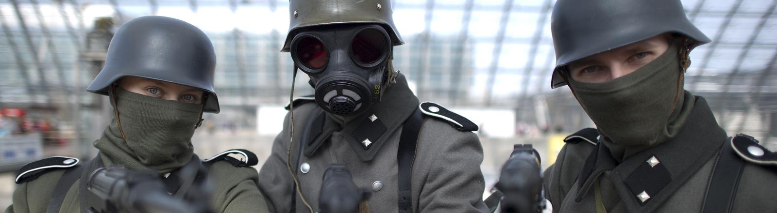 Menschen in Wehrmachtskostümen