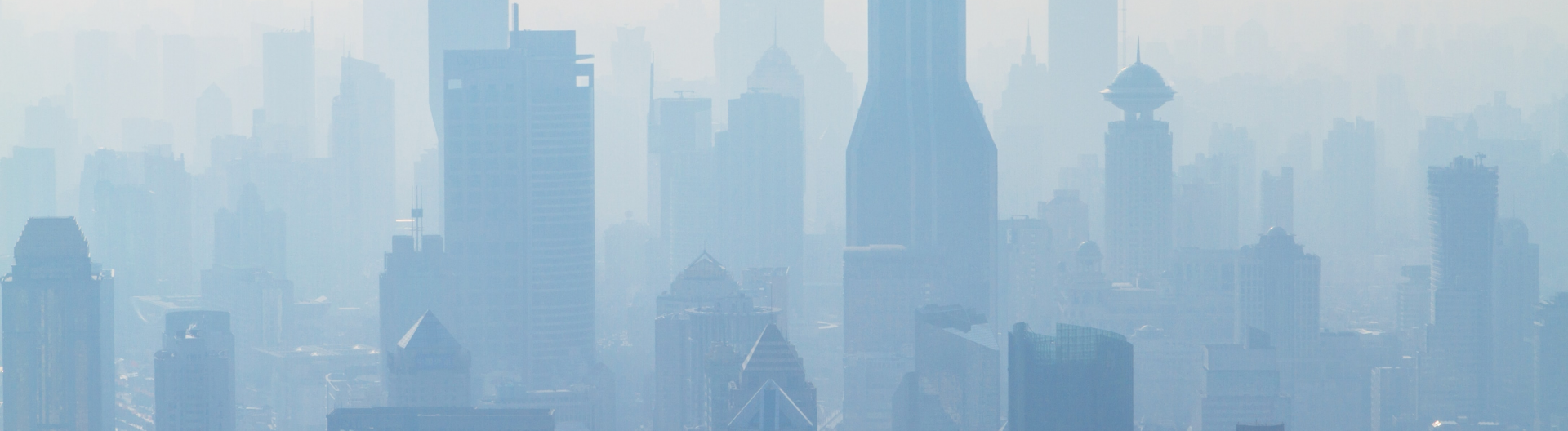 Skyline von Shanghai im Smog