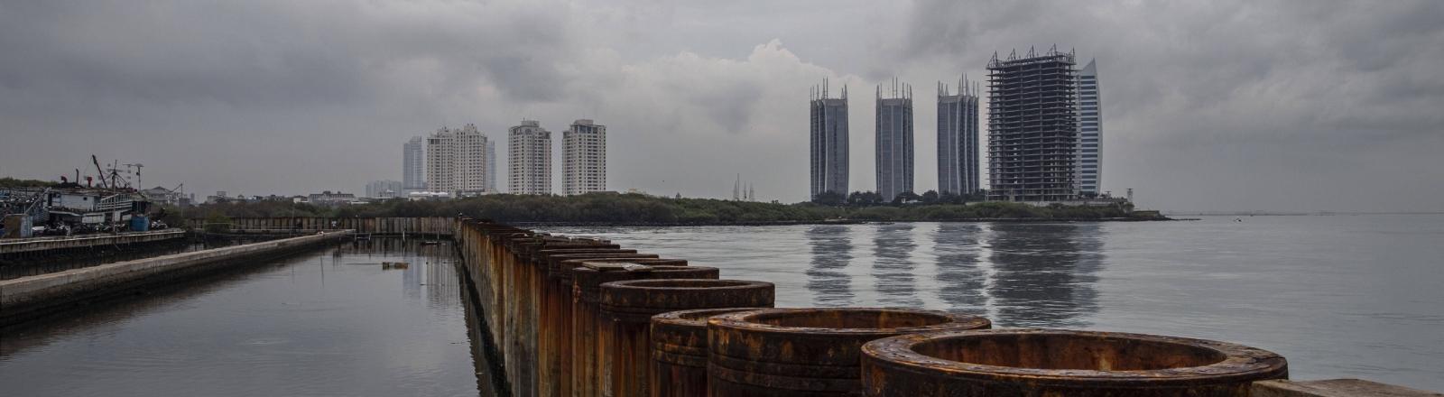 Stadtwachstum auch in Ufernähe: Küstenbefestigung in der indonesischen Hauptstadt Jakarta