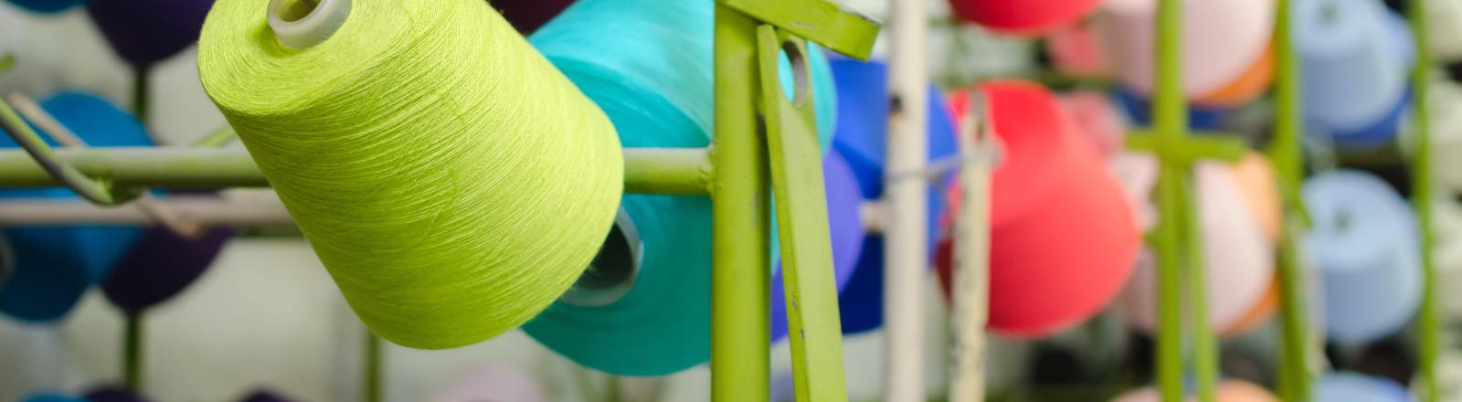 Spulen mit Garn an einem Produktionsstandort der Textilindustrie