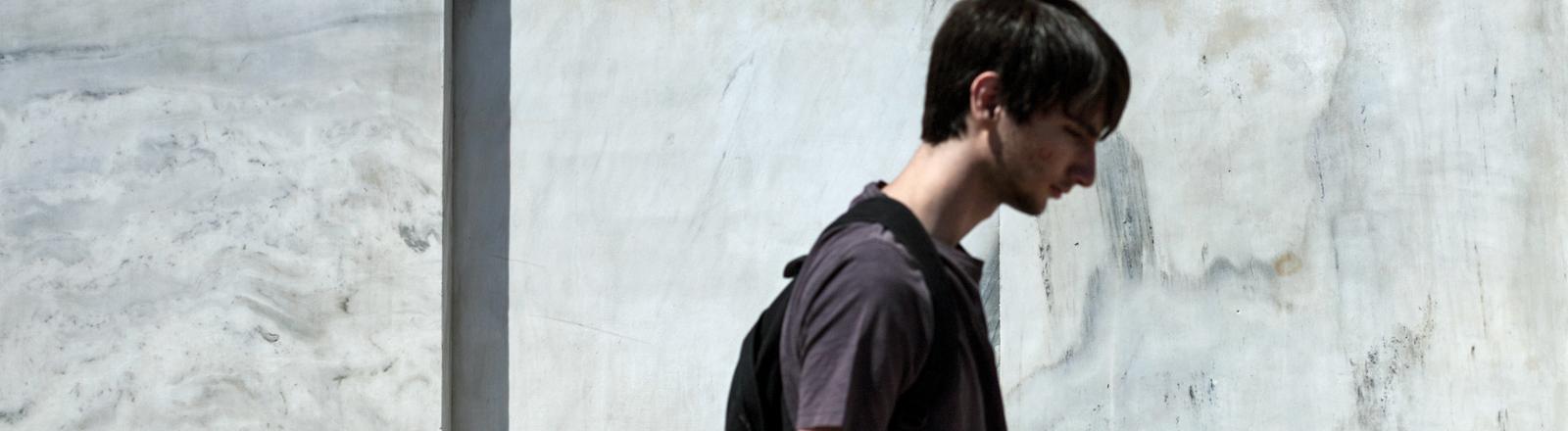 Ein junger Mann vor dem Gebäude der Bank von Griechenland