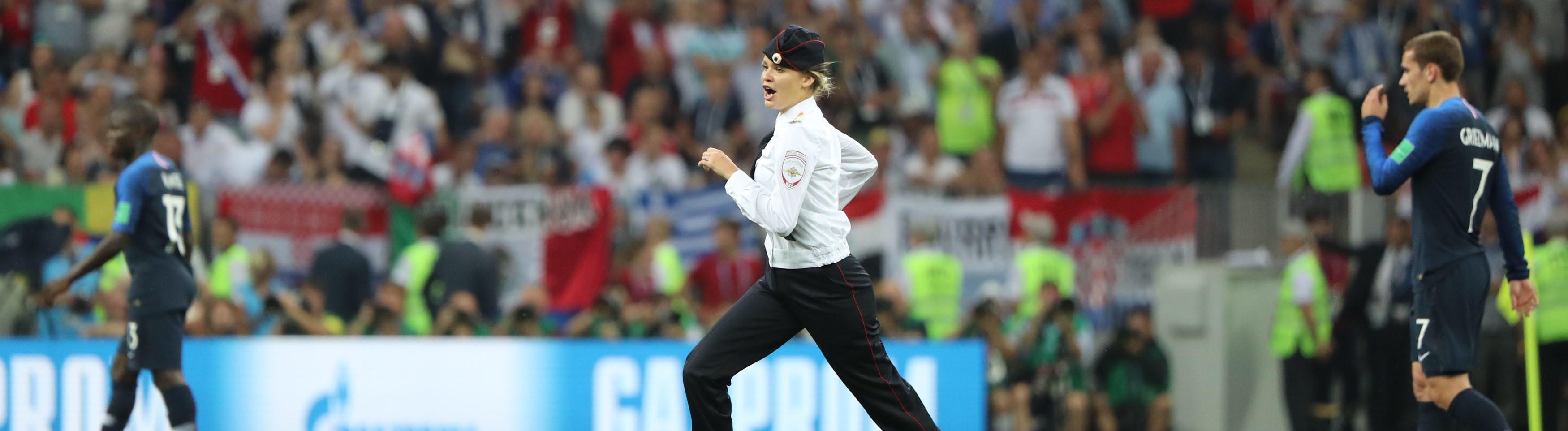 Frau in Uniform auf Fußballfeld