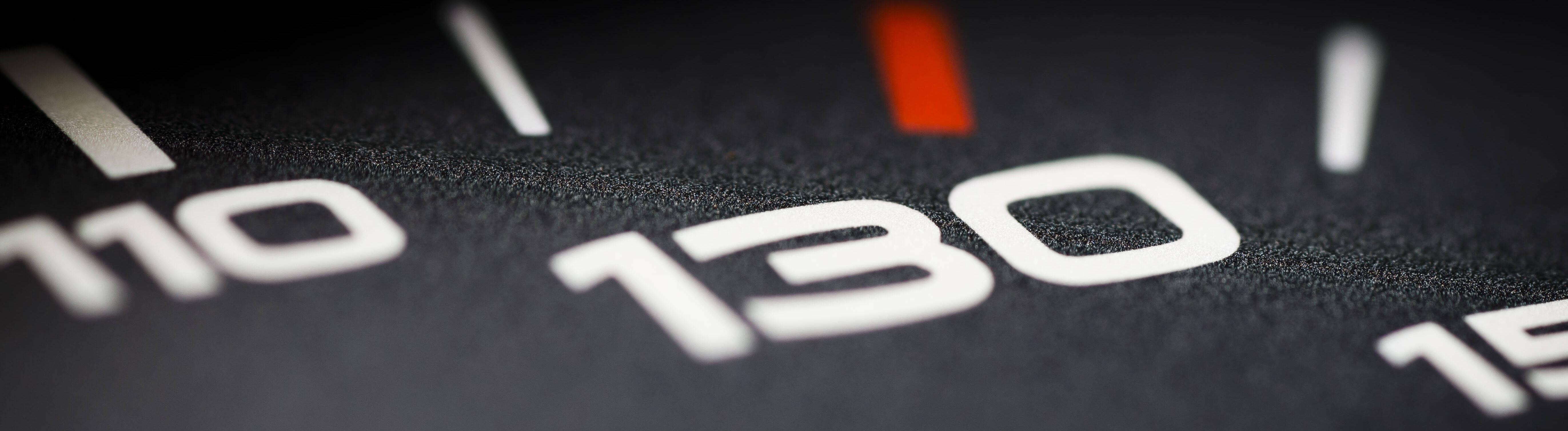 Symbolfoto zum Thema Tempolimit 130 km/h. Eine Tachonadel ist auf einem Tacho neben der Anzeige fâˆöºr 130 Stundenkilometer zu sehen.