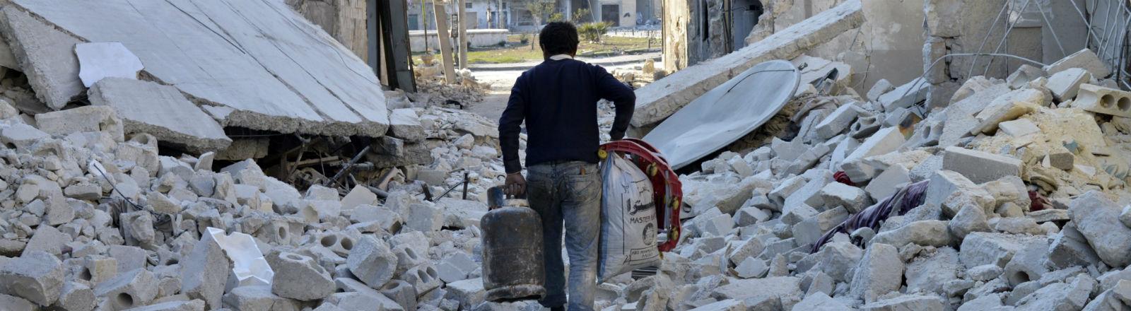 Ein Mann geht durch Trümmer in Aleppo. Bild: dpa