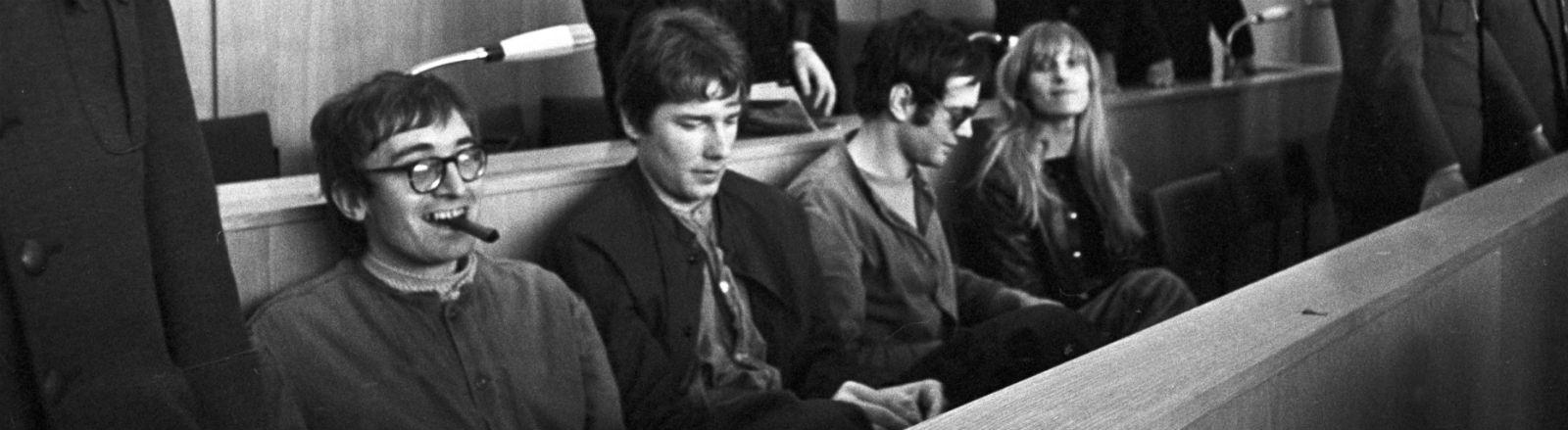 Die Angeklagten (l-r) Thorwald Proll, Horst Söhnlein, Andreas Baader und Gudrun Ensslin vor der Urteilsverkündung im Frankfurter Kaufhausbrandstifter-Prozess am 31.10.1968 in Frankfurt am Main. Bild: dpa