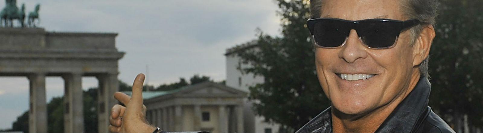 David Hasselhoff vor dem Brandenburger Tor. Bild: dpa