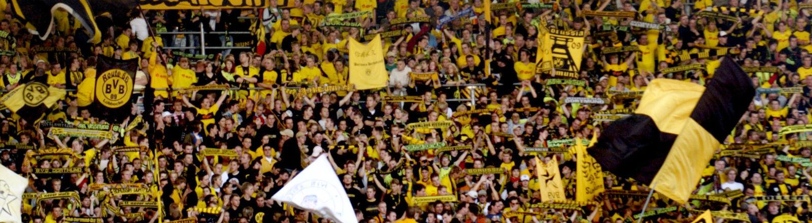 Der Fanblock im Dortmunder Westfalenstadion. Bild: dpa