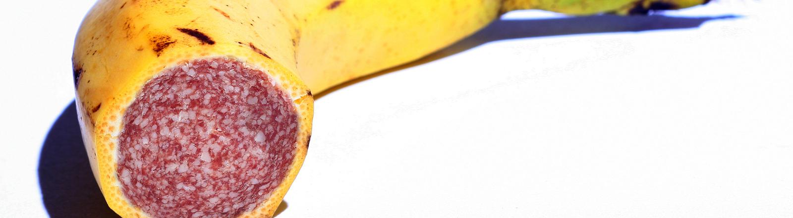 In einer aufgeschnittenen Banane steckt eine Salami.