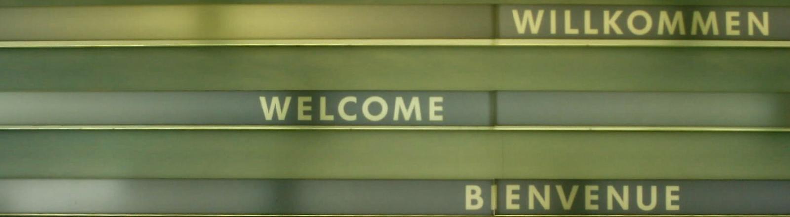 Ein Schild auf dem Willkommen in verschiedenen Sprachen steht.