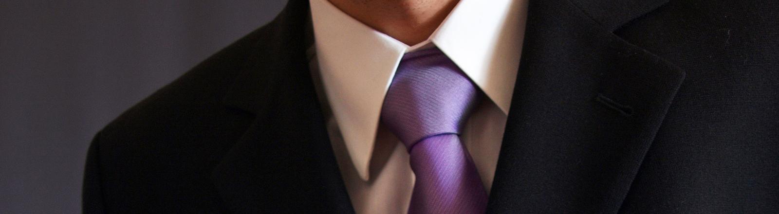 Ausschnitt: Hals mit Hemdkragen und Kravatte