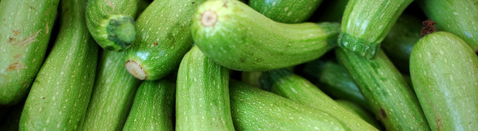 Viele Zucchinis nebeneinander.
