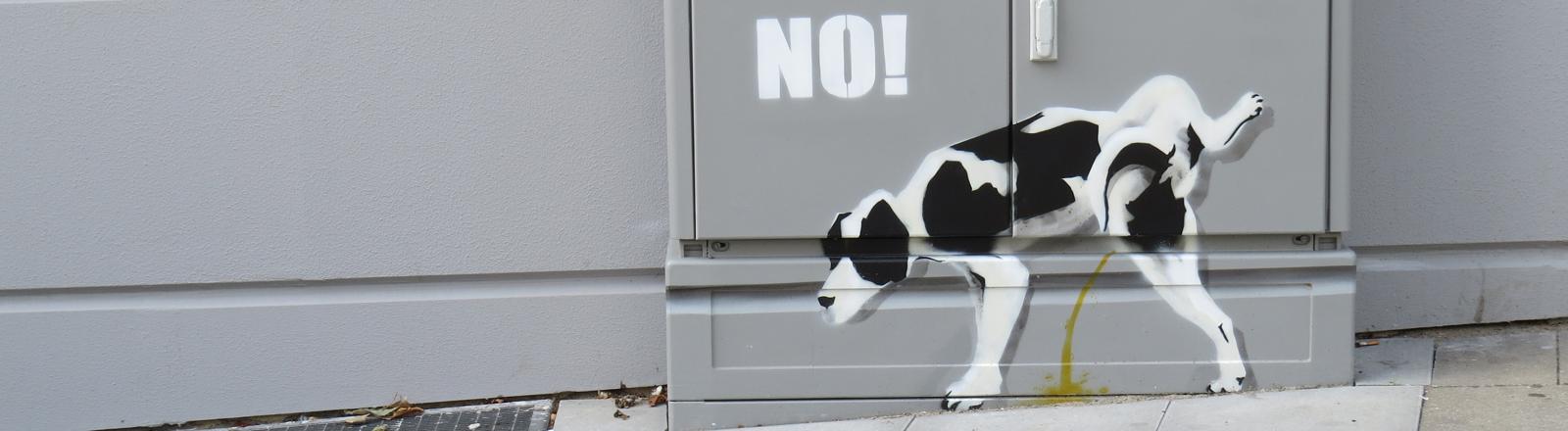 Gemalter Hund auf Häuserwand und Treppe, der sein bein hebt und pinkelt.