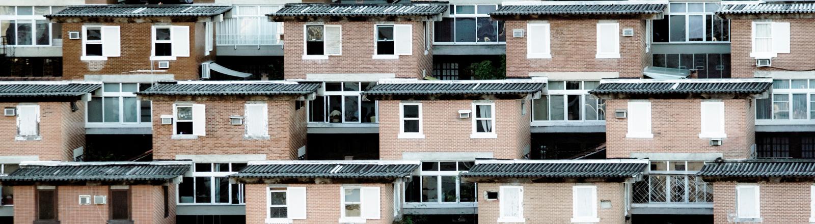 Viele gleiche Häuser. Nachbarschaft.