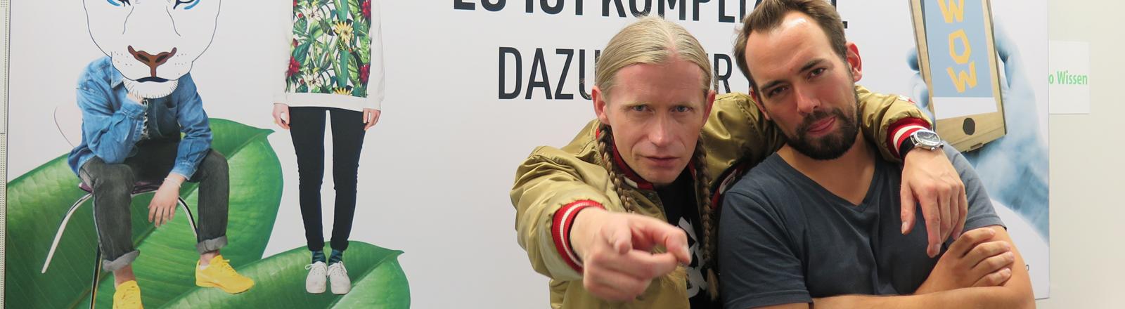 Schlager Rapper Romano zusammen mit DRadio-Wissen-Moderator Dominik Schottner