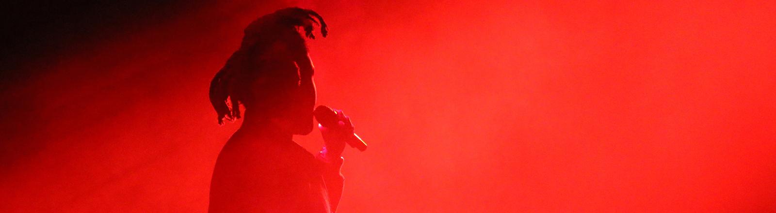 """Der kanadische R&B-Sänger """"The Weeknd"""" (Abel Tesfaye) tritt am 08.06.2015 auf der Apple-Entwicklerkonferenz WWDC 2015 im Moscone Center West in San Francisco auf. Das kalifornische Unternehmen hatte dort den Dienst Apple Music vorgestellt."""