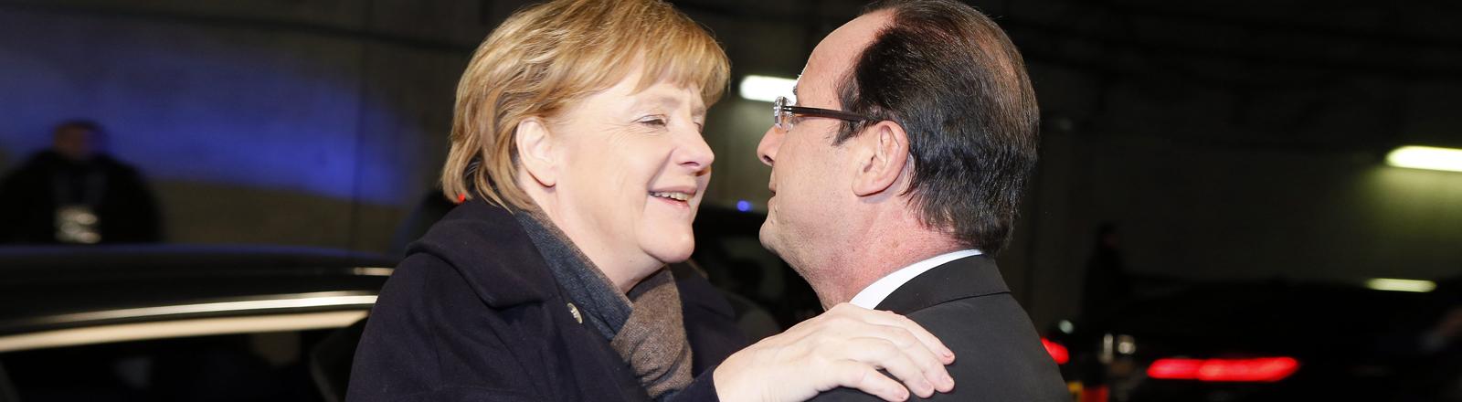 Kanzlerin Angela Merkel umarmt Frankreichs Präsident Hollande zur Begrüßung. Entstehungsdatum 07.02.2013