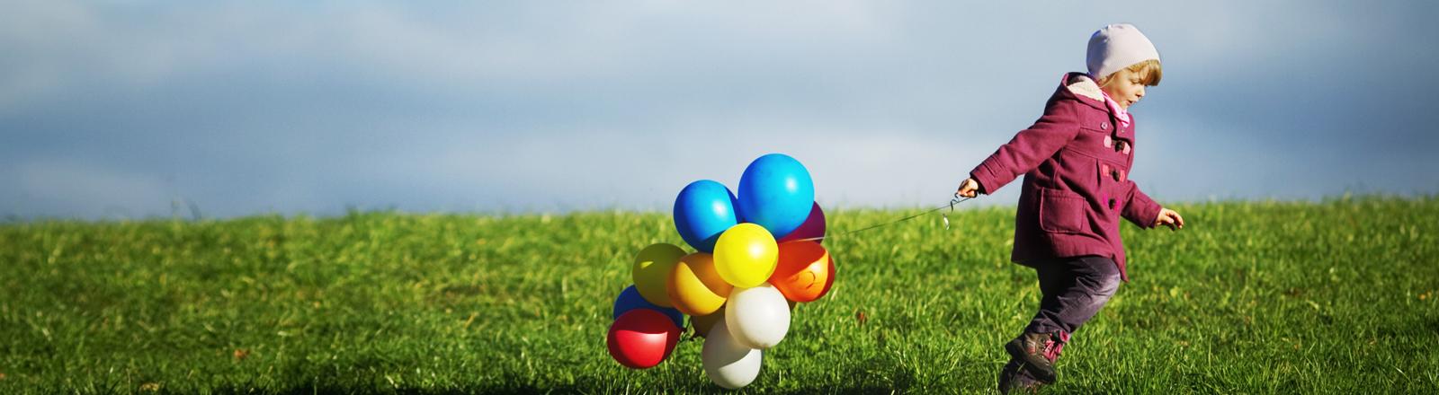 Ein Kind mit Ballons