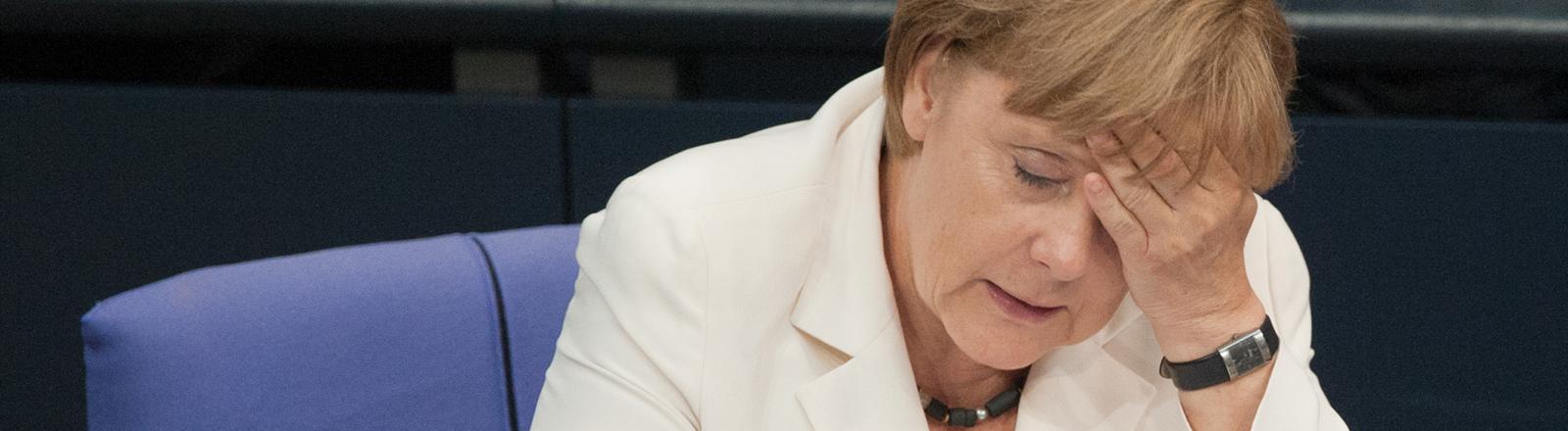 Bundeskanzlerin Angela Merkel (CDU) sitzt am Freitag (29.06.2012) im Bundestag in Berlin. Am Abend stimmt das Parlament über den Fiskalpakt und über den Europäischen Rettungsschirm ESM ab.