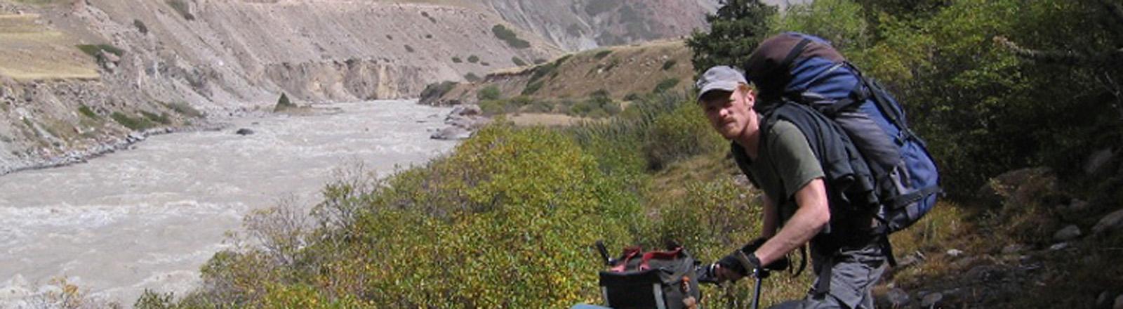 Richard Löwenherz mit dem Fahrrad in Kirgistan.