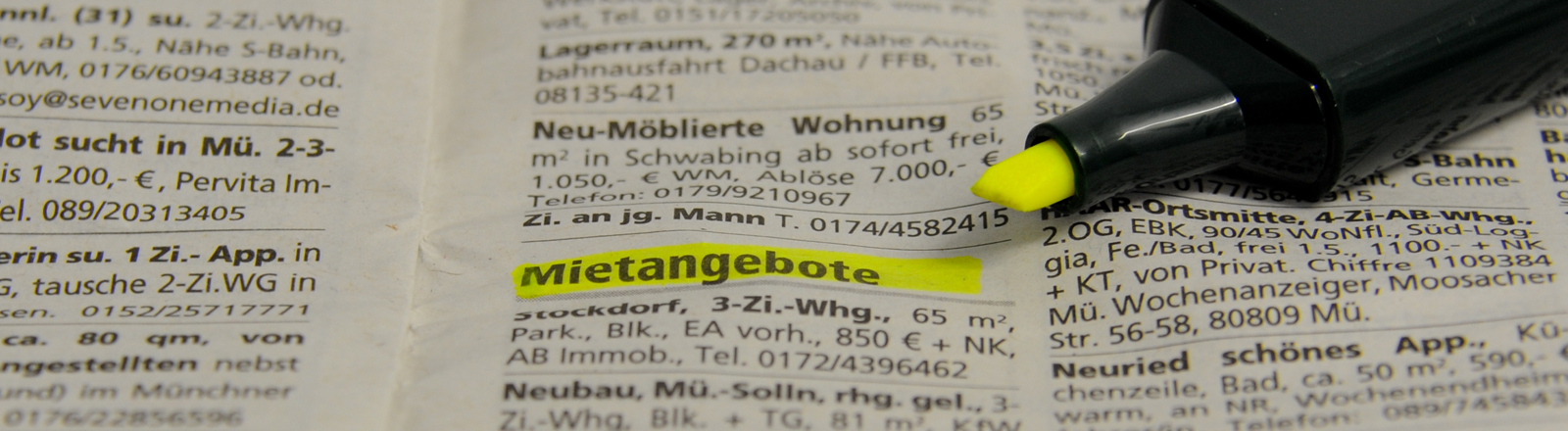 Ein Textmarker liegt am 23.03.2015 auf dem Immobilienteil einer Zeitung in München (Bayern). In Großstädten wie München suchen viele monatelang nach einer Wohnung.