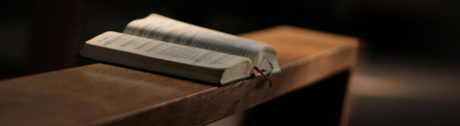 Ein Gebetsbuch auf einer Kirchenbank