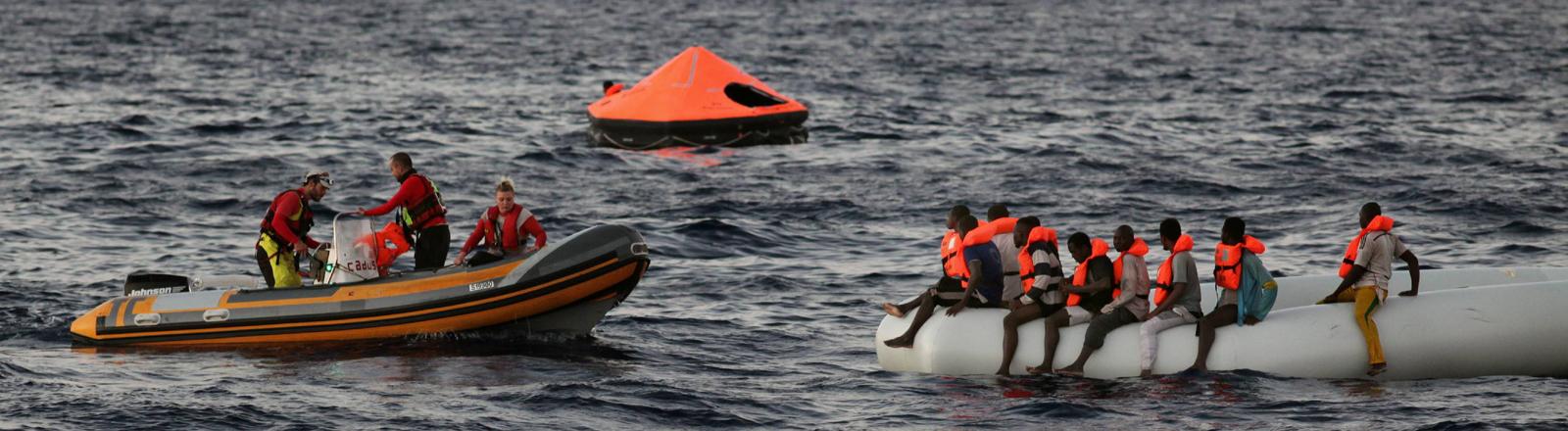 Seenotrettung vor der libyschen Küste im Mittelmeer