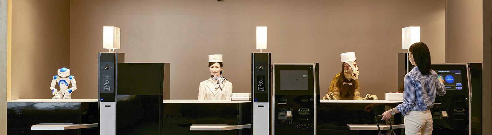 Hotelrezeption mit Robotern