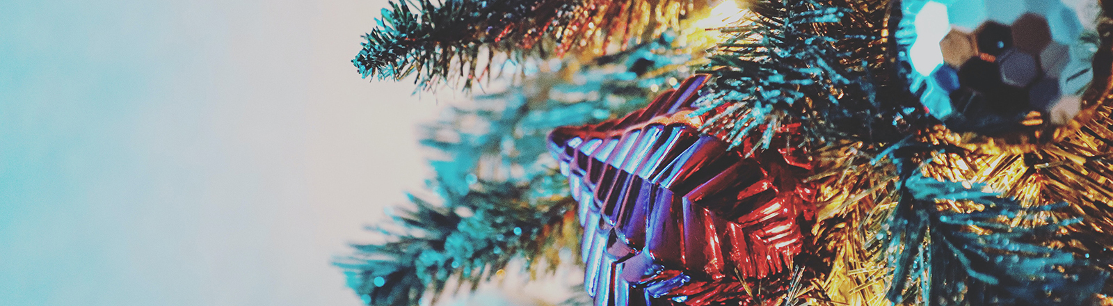 Nahaufnahme eines Weihnachtsbaums mit Weihnachtsschmuck