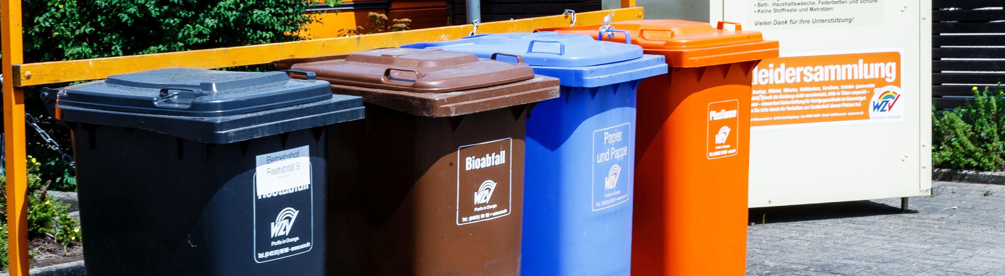 Tonnen für Rest-, Bio-, Papier- und Verpackungsmüll nebeneinander