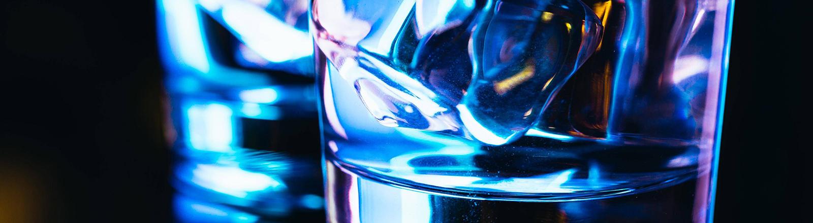 Zwei Gläser gefüllt mit Vodka.