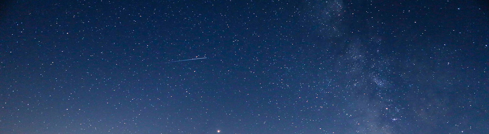 Eine Sternschnuppe am Himmel.