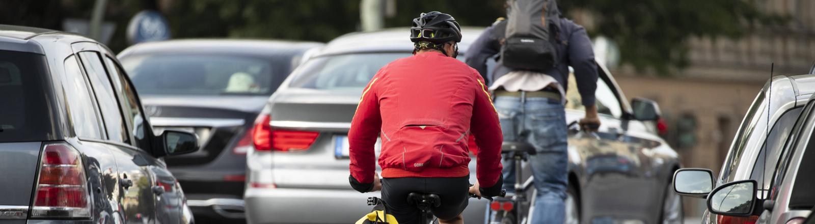 Radfahrer zwischen Autos