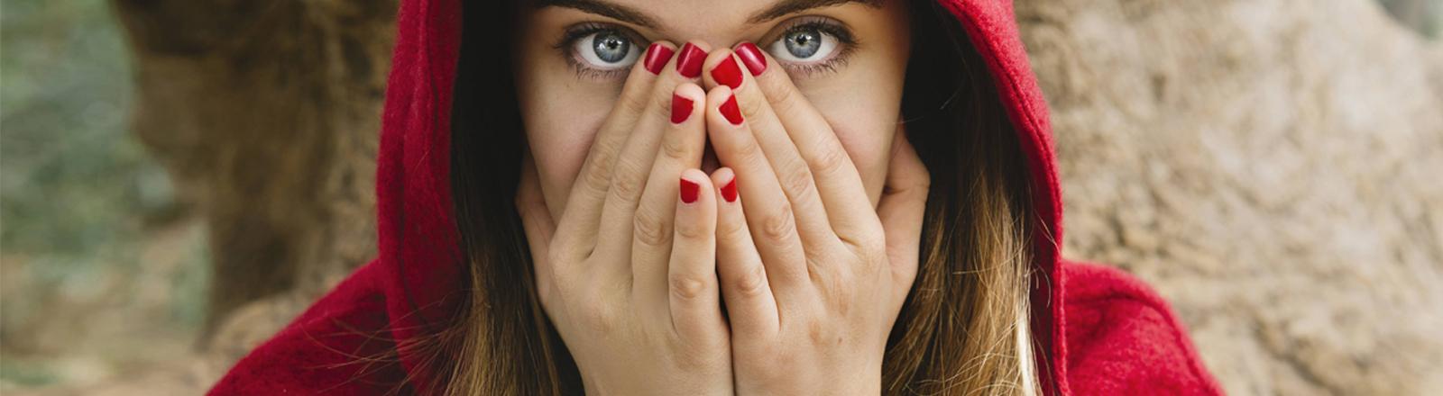 Eine Frau ist als Rotkäppchen verkleidet.