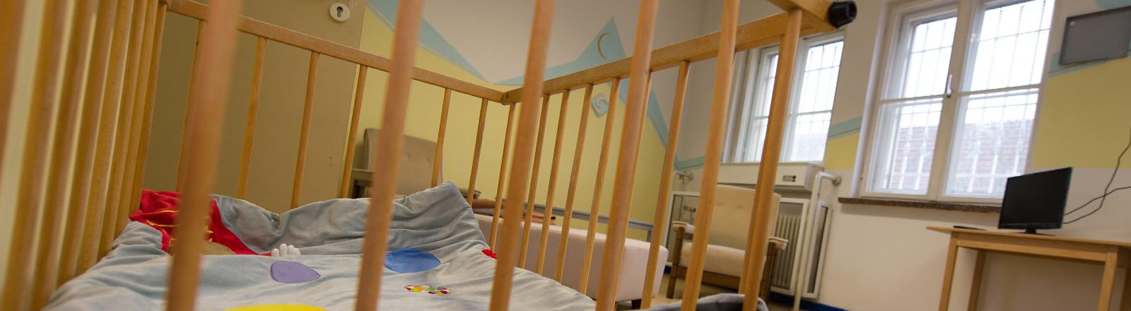 Blick in einen Aufenthaltsraum im Mutter-Kind-Bereich der Justizvollzugsanstalt für Frauen in Berlin-Pankow.