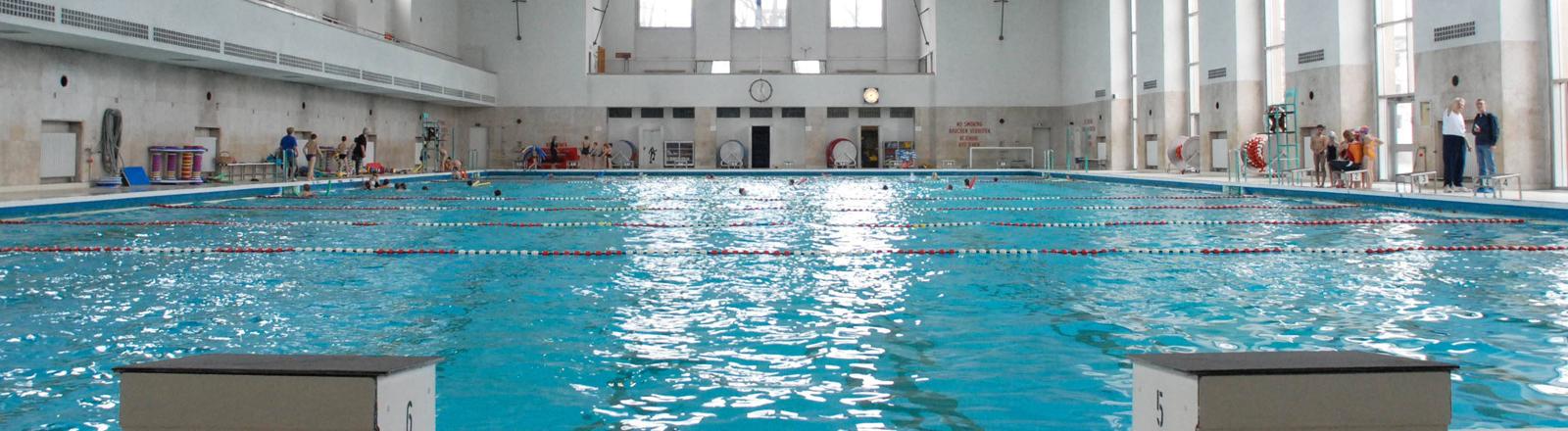 Das Schwimmbad an der Finckensteinallee, immer noch in Nutzung, zeigt sich am 30.03.2006, noch mit Sprungturm, in seinem maroden Charme der Zeit, als die Alliierten dieses noch benutzten.