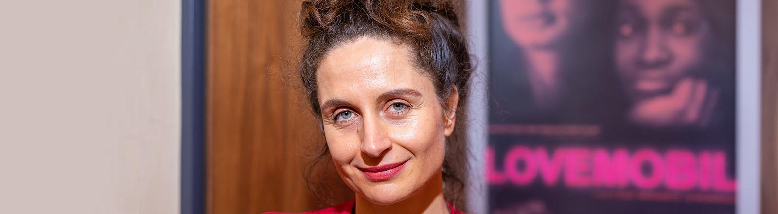 Elke Lehrenkrauss, Regisseurin des Dokumentarfilms «Lovemobil», steht vor der Premiere ihres Films am 02.03.2020 vor einem Filmplakat.