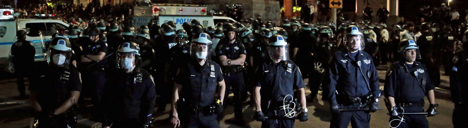 Polizisten bewachen die Manhatten Bridge.