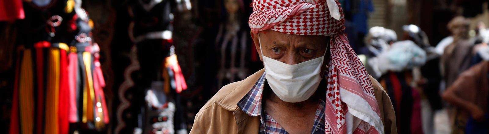 Ein älterer Mann im Jemen mit Mundschutz.