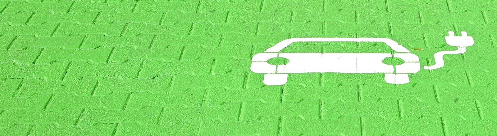 Parkplatz und Ladestation für ein E-Auto. imago images | Gottfried Czepluch