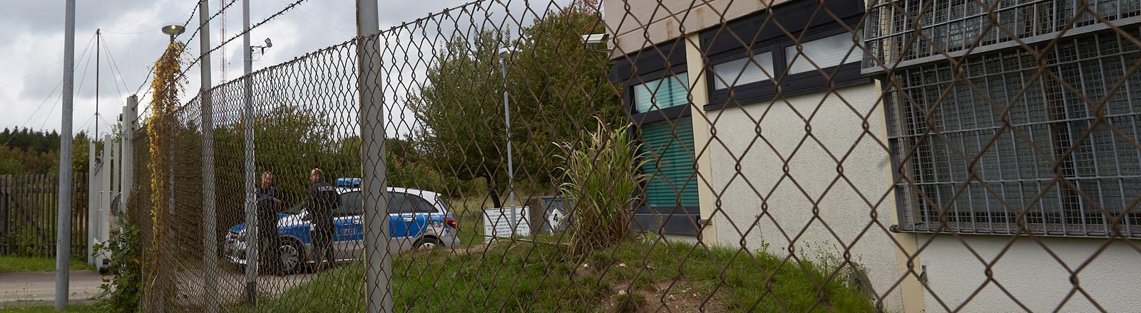 Polizisten sichern das Gelände eines ehemaligen Bundeswehr-Bunkers. Dort wurde ein Rechenzentrum für illegale Geschäfte im Darknet ausgehoben.